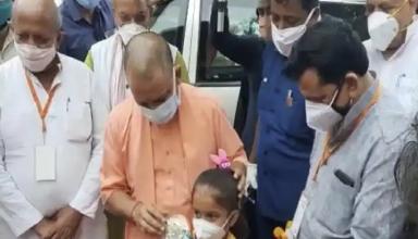 CM योगी ने संक्रमित परिवार से की मुलाकात, गांव से निकलते समय एक बच्ची ने गुलाब का फूल देकर कही ये बात
