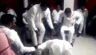 जिला पंचायत सदस्यों के कदमों में गिरे सपा के पूर्व सांसद, पैर पकड़ने का वीडियो वायरल